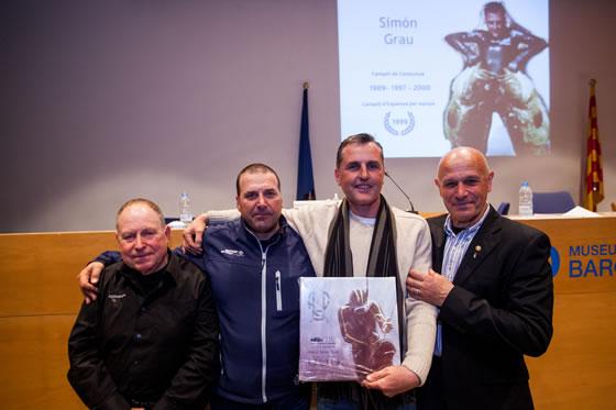 Entre otros Simon Grau recibiendo su merecido premio como tri campeón de Cataluña y presidente del APS durante 10 años.